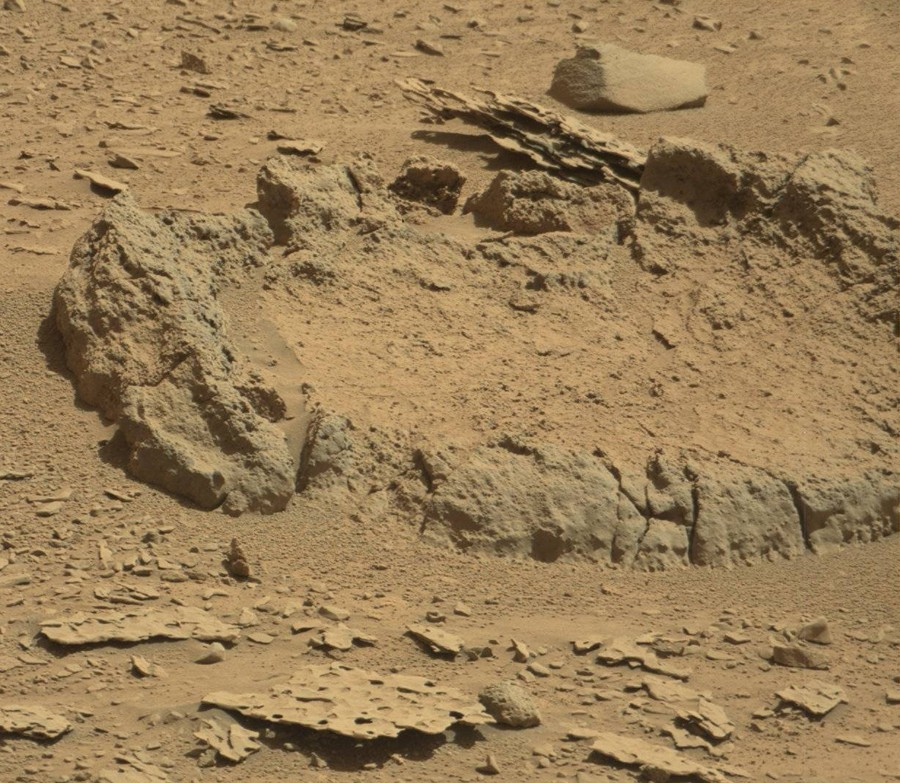 Curiosity-explores-mysterious-footprints11