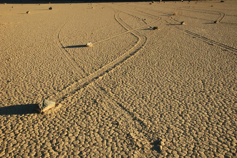 Curiosity-explores-mysterious-footprints2