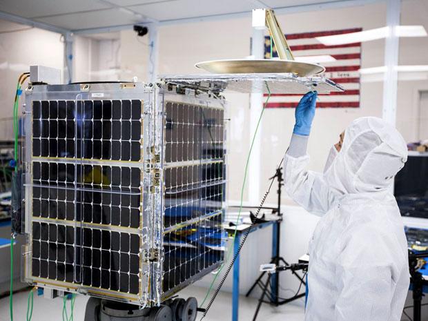 Спутник SkyBox в сборочном цехе