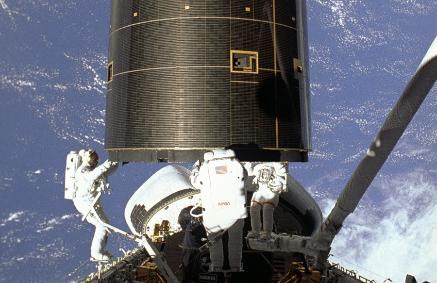 STS-49 ONBOARD PHOTO: THE SUCCESSFUL CAPTURE OF THE INTELSAT VI SATELLITE. ASTRONAUTS HIEB, AKERS AND THUOT HAVE HANDHOLDS ON THE SATELLITE.