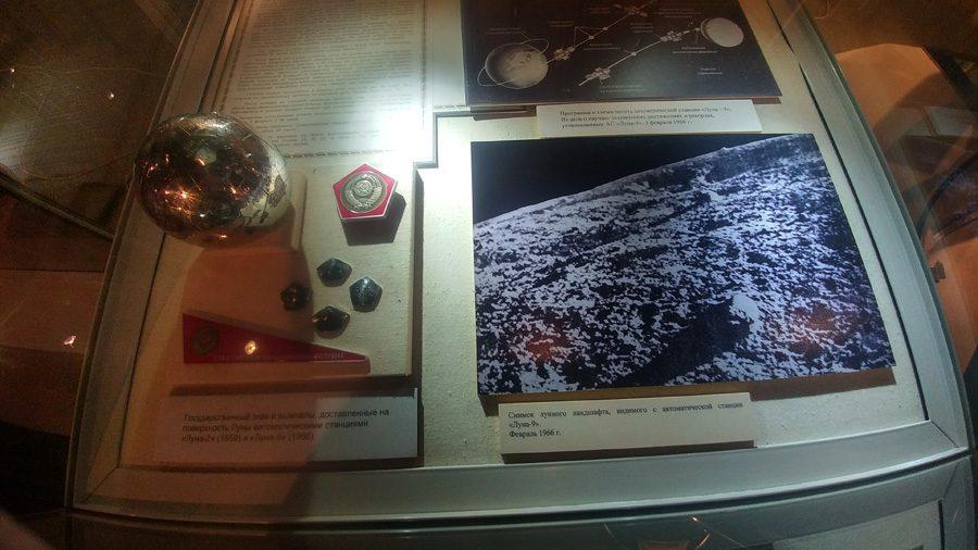 Советские вымпелы Луны-2 и Луны-9.