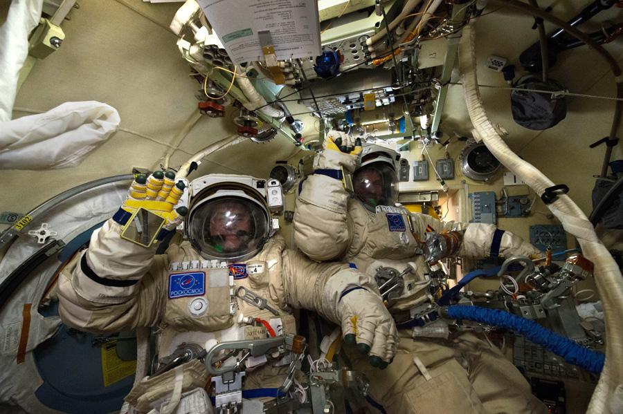 космонавты Юрий Маленченко и Сергей Волков перед выходом в открытый космос