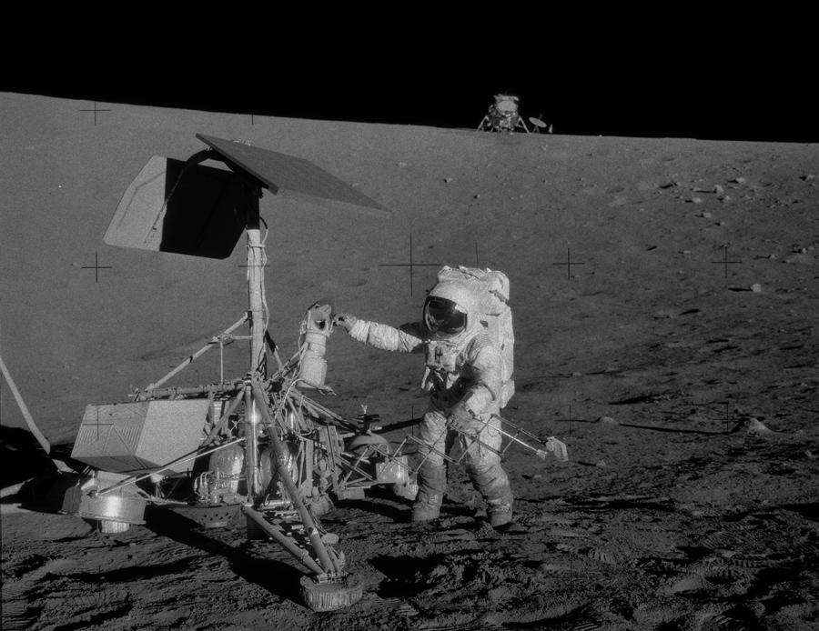 Пит Конрад, командир Аполлона 12, с остатками миссии Surveyor 3