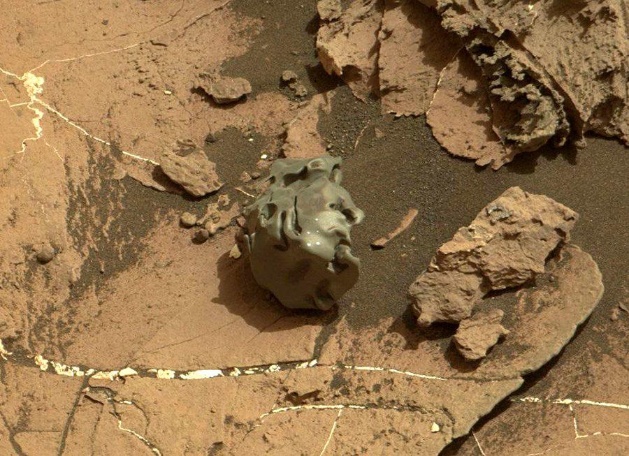 марсоход Curiosity сфотографировал метеорит
