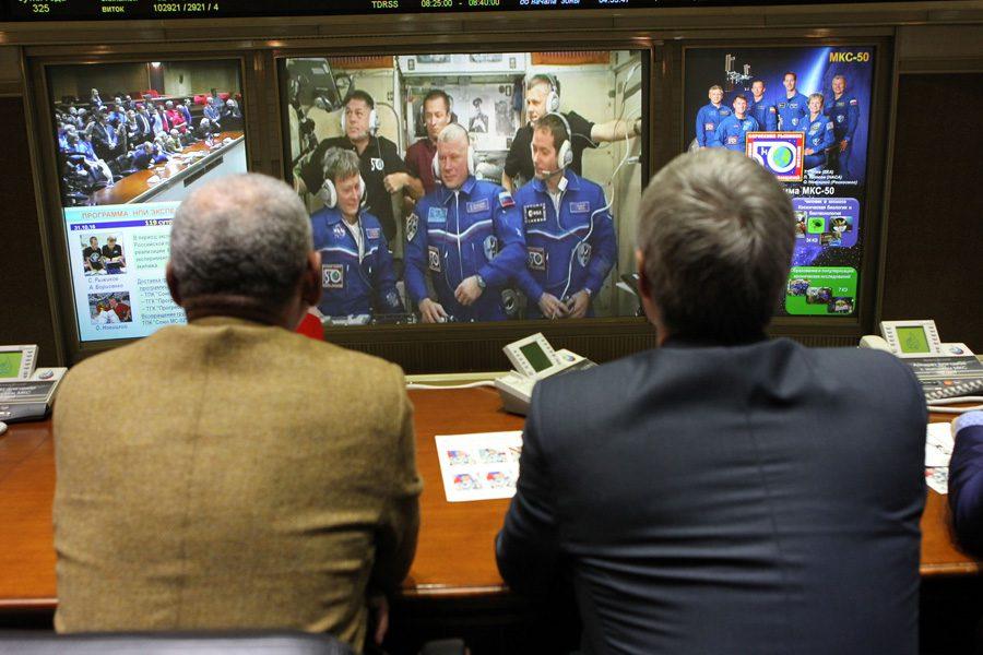 Чарли Болден и Сергей Крикалев беседуют с экипажем «МКС-50»