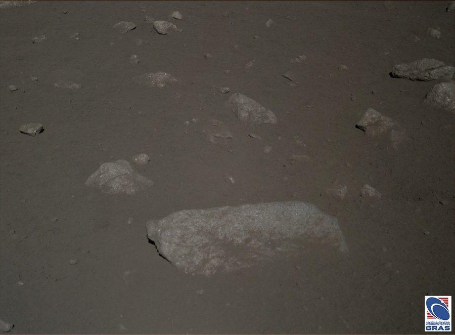 Лунная поверхность фото китайского лунохода Yutu