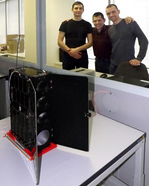 инженеры Даурии Аэроспейс со спутником МКА-Н