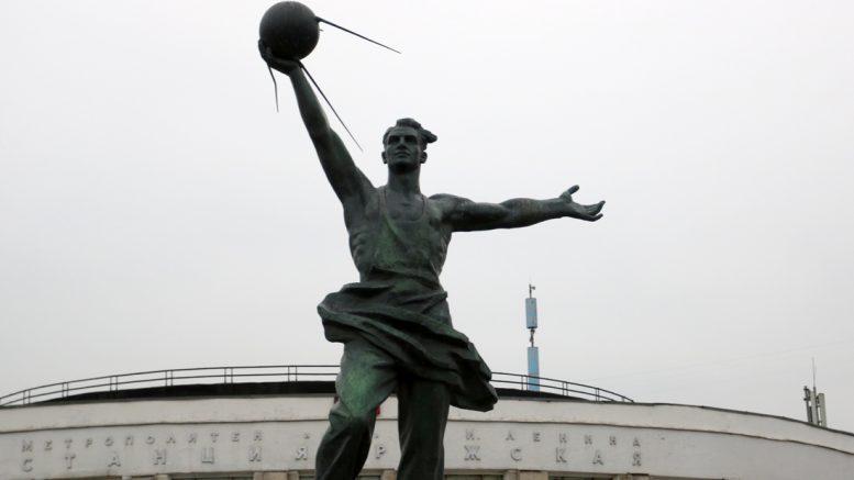 памятник первому искусственному спутнику Земли у станции метро Рижская