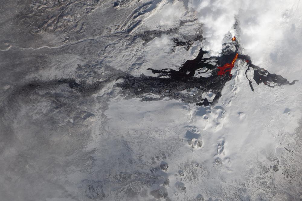фото извержения вулкана Толбачик с метеоспуника NASA