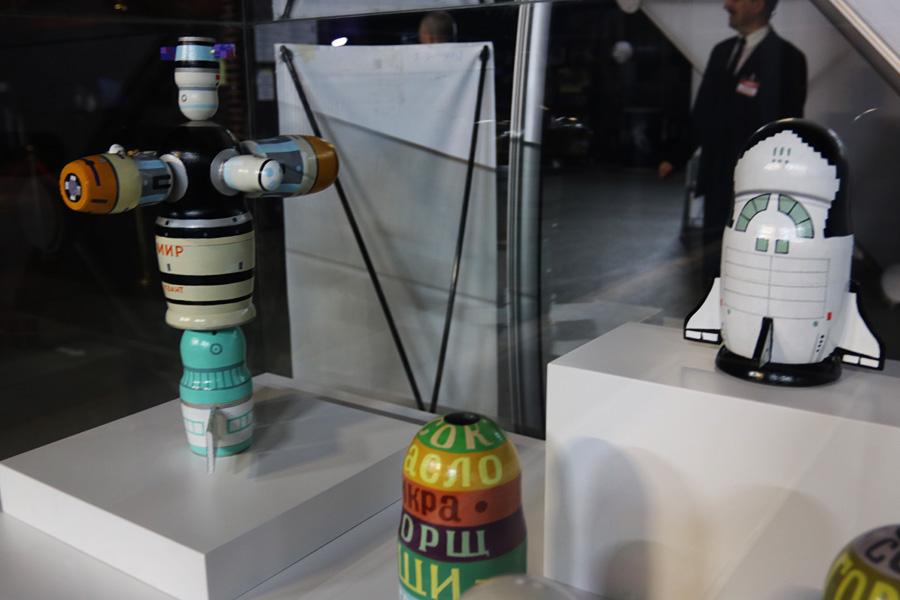 коллекция космических матрешек на выставке PROКосмос в Санкт-Петербурге