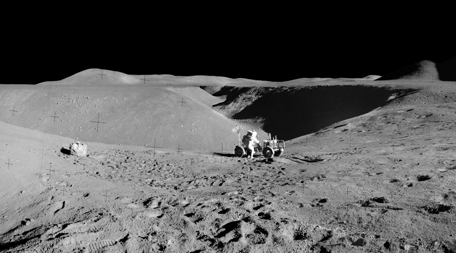 командир экипажа миссии «Аполлон-15» Дэвид Скотт на фоне долины Хэдли Рилл