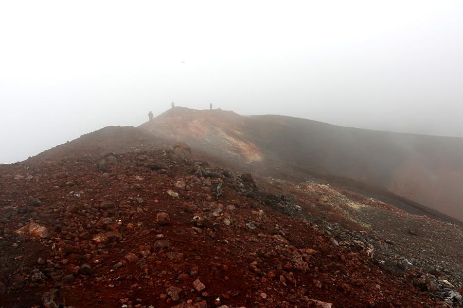 вершина вулкана в вулканических газах