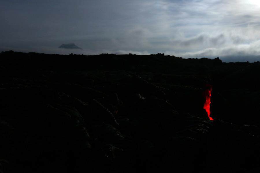 светящиеся трещины на лавовом поле
