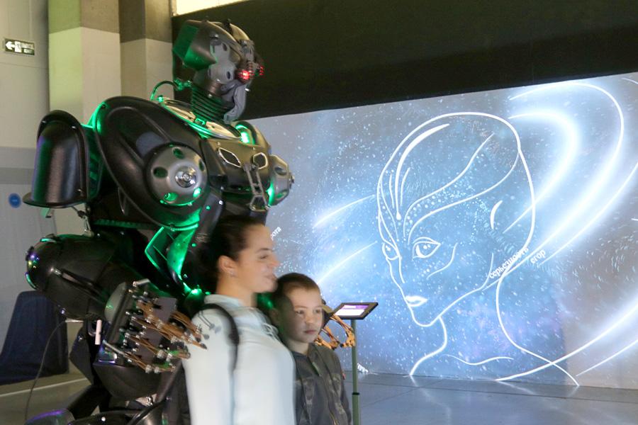 выставка Открытый космос в Саратове: робот