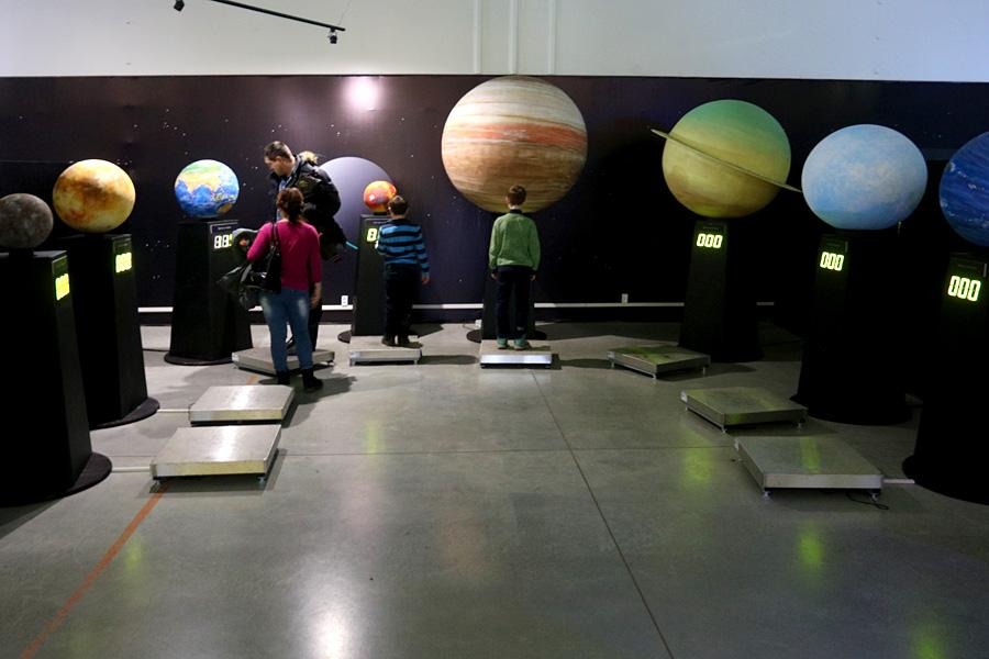 выставка Открытый космос в Саратове: стенд с внеземными весами