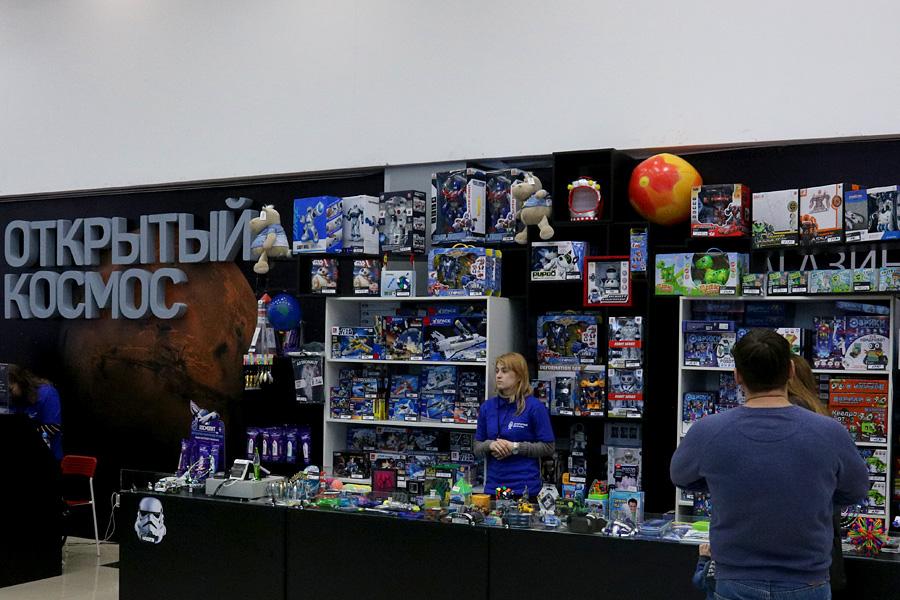 выставка Открытый космос в Саратове: сувенирный магазин