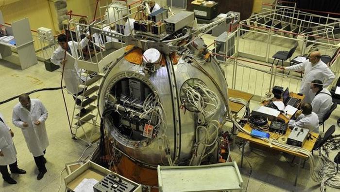 спутник Бион-М1 в сборочном цехе