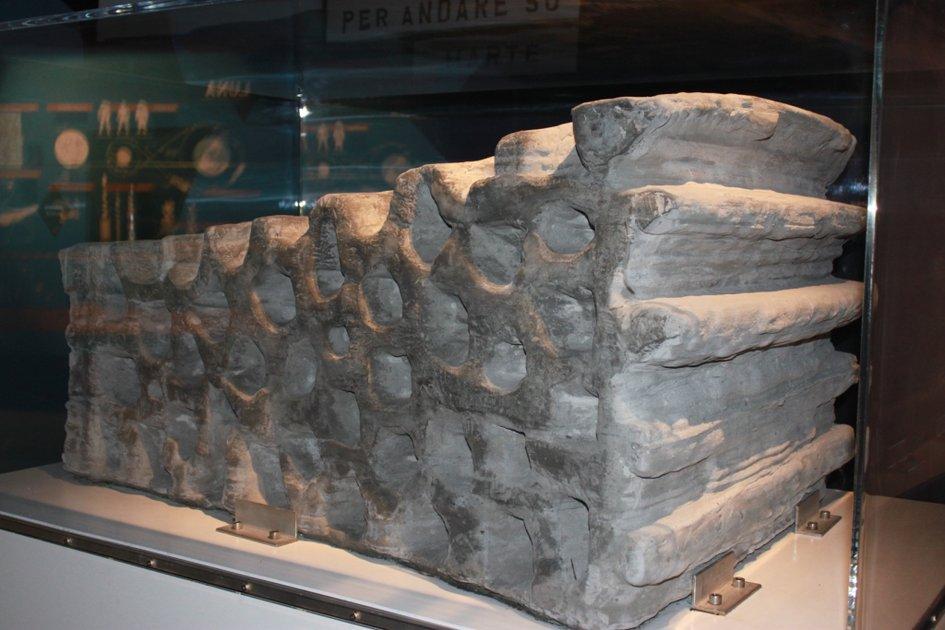 блок из вулканического базальта распечатанный при помощи строительного принтера D-Shape